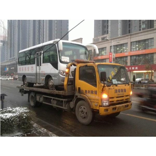 雨天救援拖车服务