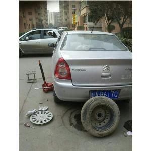 街区紧急更换汽车备胎